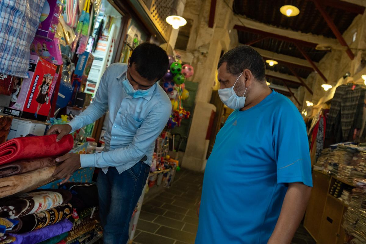 Le Qatar a commencé à lever ses restrictions de verrouillage en quatre phases le mois dernier, permettant à certains magasins dans des centres commerciaux de rouvrir et aux gens de faire de l'exercice en plein air sans porter de masque facial.  [Sorin Furcoi / Al Jazeera]
