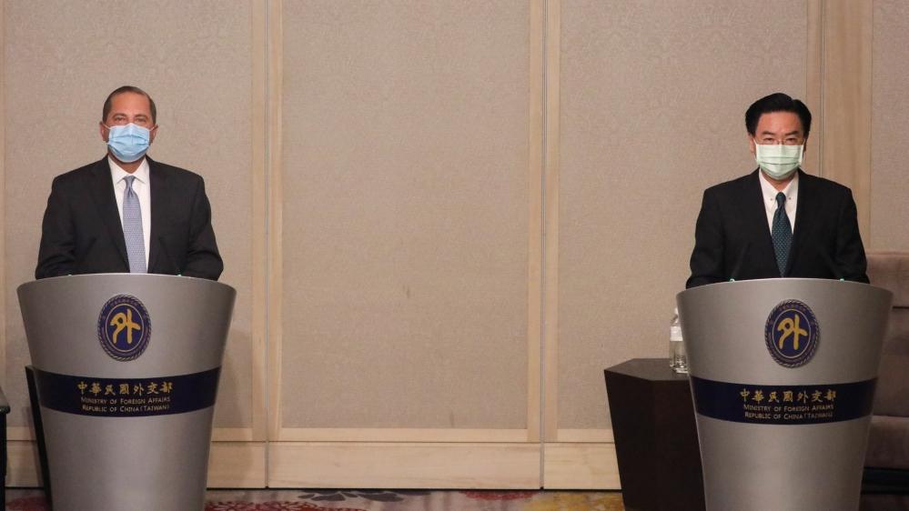 O secretário de saúde dos EUA, Alex Azar, e o ministro das Relações Exteriores de Taiwan, Joseph Wu, realizam uma coletiva de imprensa conjunta em Taipei