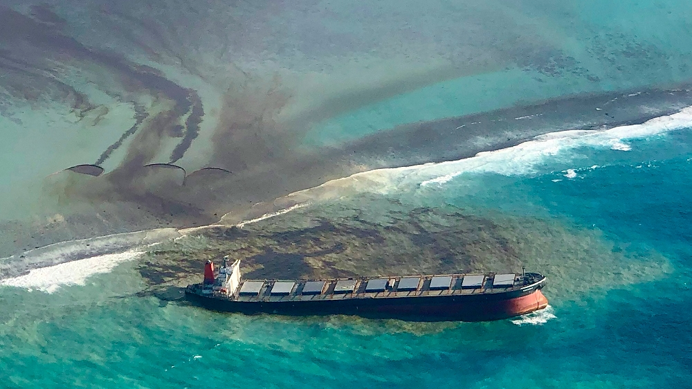 Ship leaking tonnes of oil off Mauritius splits apart – Al Jazeera English
