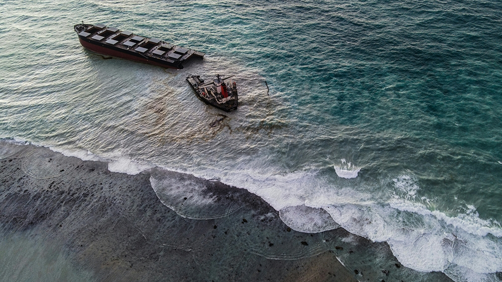 Bad weather delays removal of fuel tanker off Mauritius's coast thumbnail