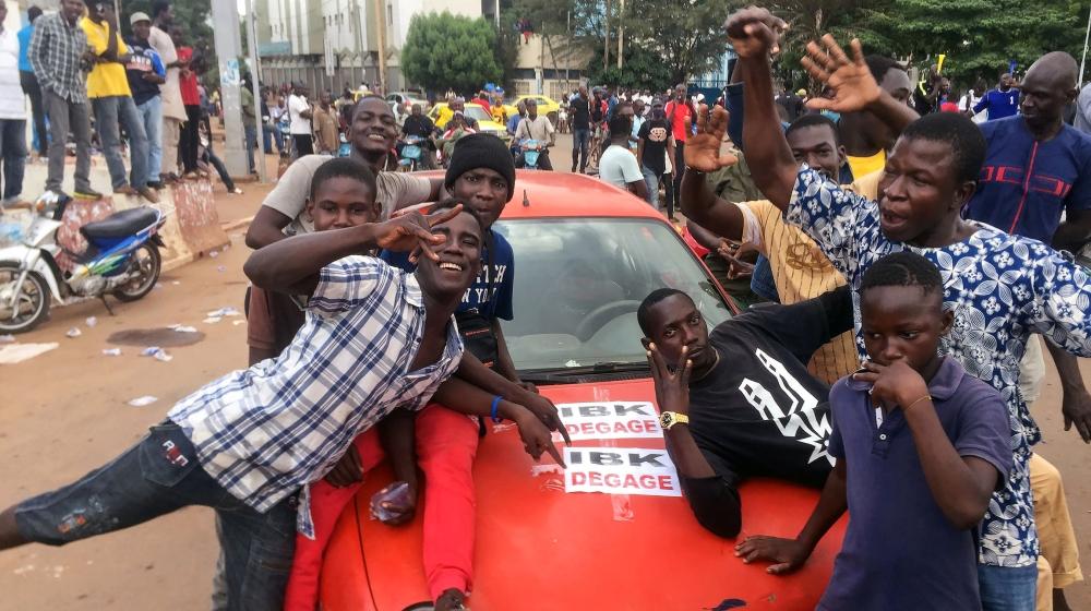 Los partidarios de la oposición reaccionan a la noticia de un posible motín de soldados en la base militar de Kati, en las afueras de la capital Bamako, en la Plaza de la Independencia en Bamako, Mali, el 18 de agosto de 2020. REUTERS / Rey B