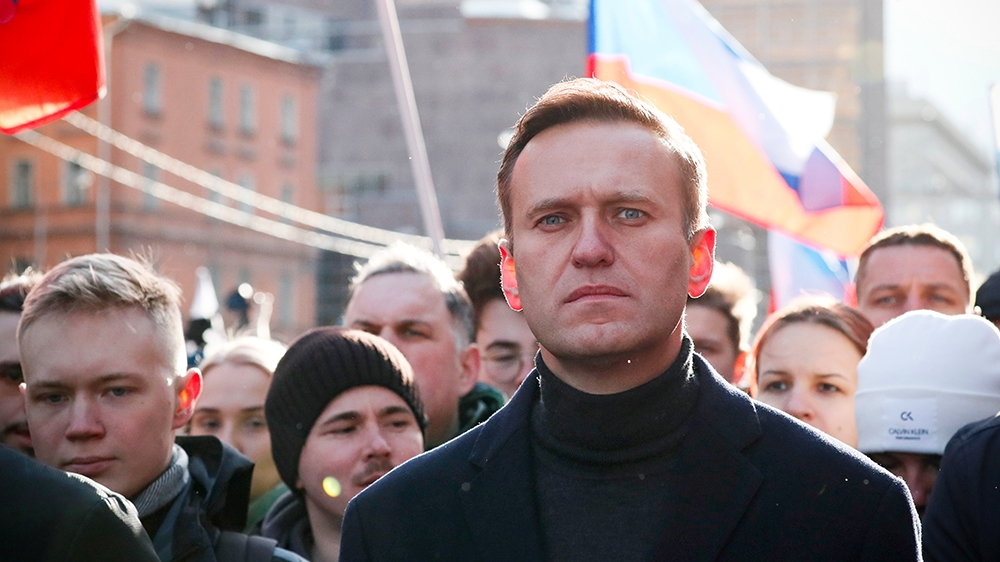 Kremlin critic Navalny fights for life after suspected poisoning thumbnail