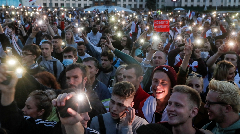 People flash lights from their phones during an opposition demonstration against presidential election results at the Independence Square in Minsk, Belarus August 22, 2020. REUTERS/Vasily Fedosenko
