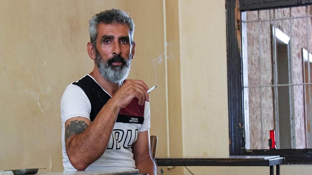 Personas sin hogar en Beirut: Mahmoud Abbas, un residente de un albergue de 60 años, dice que no tiene adónde ir si las autoridades consideran que el edificio no es seguro para vivir y le piden que se vaya. [Arwa Ibrahim/Al Jazeera]
