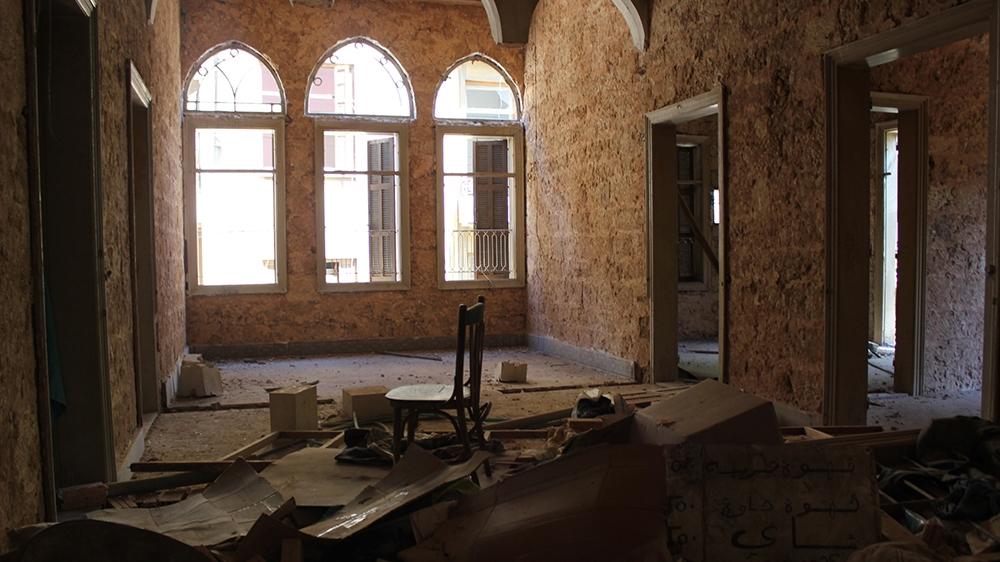Personas sin hogar en Beirut: muchas habitaciones del Saadeh Hostel en el histórico barrio de Gemmayze se han vuelto inhabitables después de la explosión.  [Arwa Ibrahim/Al Jazeera]