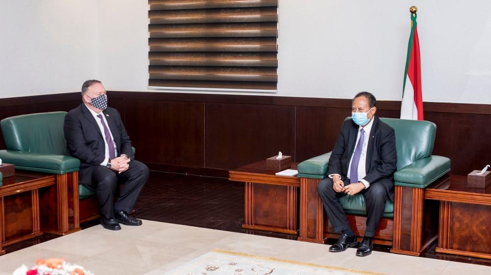 Una imagen proporcionada por la oficina de los primeros ministros de Sudán el 25 de agosto de 2020 muestra al secretario de Estado de los Estados Unidos, Mike Pompeo (izq.), Reuniéndose con el primer ministro sudanés Abdalla Hamdok (der.) En Jartum. Pompeo