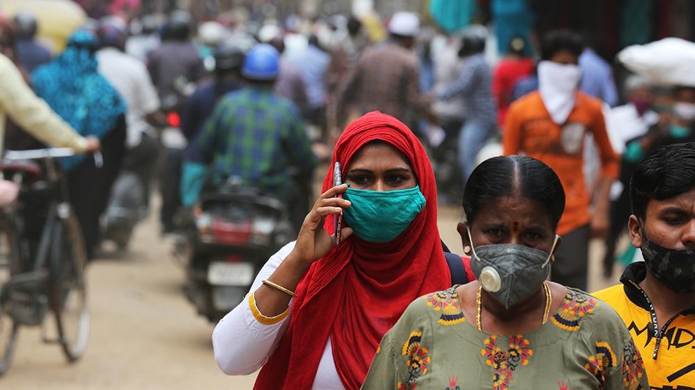 epa08622646 Les persones que duien màscares facials per protegir-se del passeig del coronavirus a la zona més concorreguda de l'avinguda Bangalore, Índia, el 24 d'agost de 2020. Els funcionaris sanitaris de l'Índia han denunciat més de tres milions