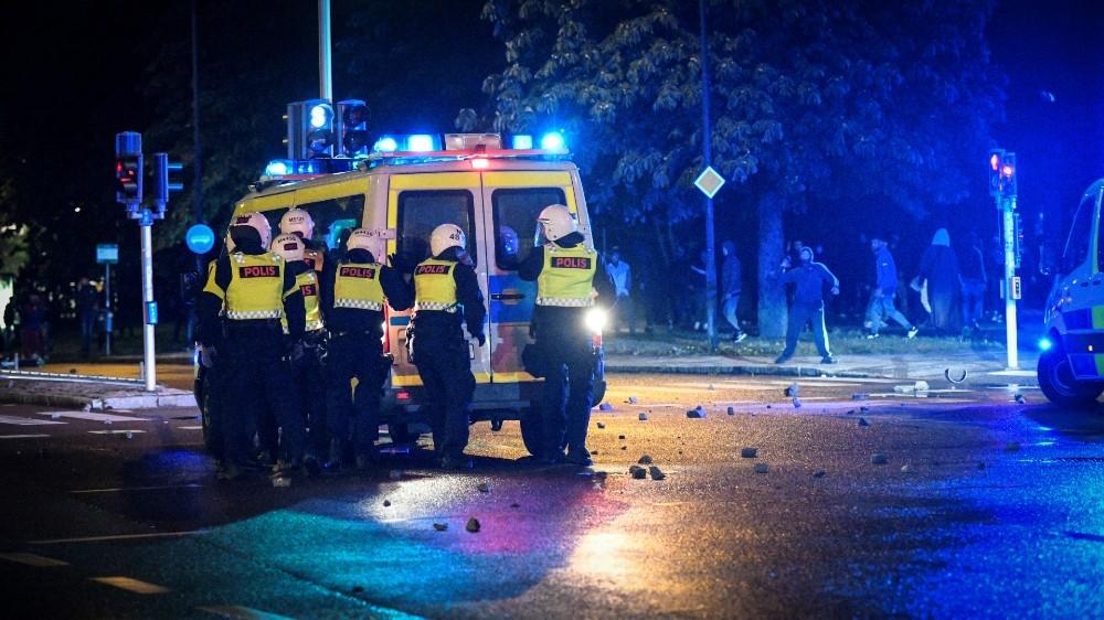 Riots in Sweden after far-right activists burn copy of Quran thumbnail