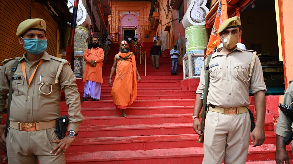 epa08584537 Police stand guard ahead of the arrival of Indian Prime Minister Narendra Modi in Ayodhya, Uttar Pradesh, India, 05 August 2020. Indian Prime Minister Narendra Modi is scheduled to lay the