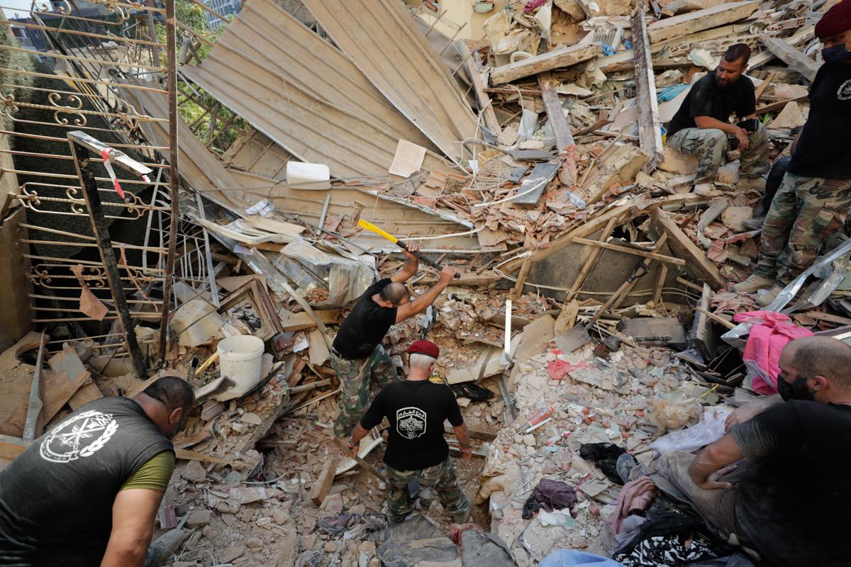 Ushtarët libanezë kërkojnë të mbijetuarit pas një shpërthimi masiv në Beirut.  [Hassan Ammar / Fotografia e AP]