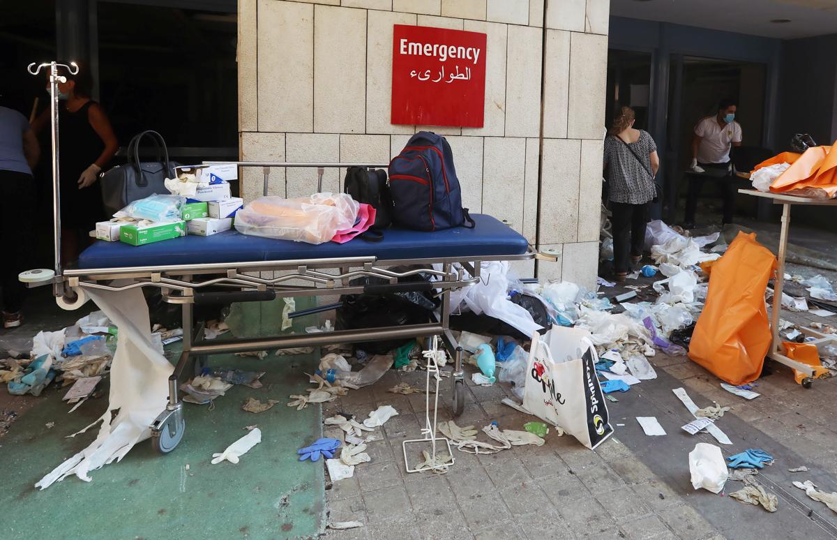 Pajisjet mjekësore të shpërndara në tokë në një spital të dëmtuar.  Shpëtuesit punuan gjatë natës pasi shpërthimi depërtoi në portin e Bejrutit, duke vrarë të paktën 100 njerëz dhe duke plagosur mijëra.  [Mohamed Azakir / Reuters]