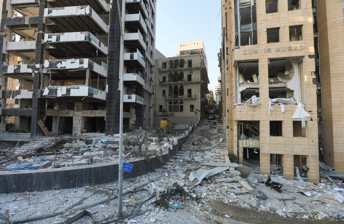Një pamje e përgjithshme tregon dëmin pranë vendit të shpërthimit të së martës.  [Mohamed Azakir / Reuters]
