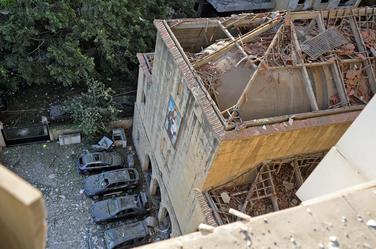 Shkaku i shpërthimit nuk ishte menjëherë i qartë.  Zyrtarët e lidhën shpërthimin me rreth 2.750 tonë nitrat amoniumi të konfiskuar që ishin ruajtur në një depo në port për gjashtë vjet.  [Anwar Amro / AFP]