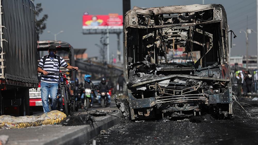 2020年9月10日,在哥伦比亚波哥大强烈抗议警察暴行之后,人们走近一辆被烧毁的Transmilenio公共汽车。路透社/路易莎·冈萨雷斯(Luisa Gonzalez)