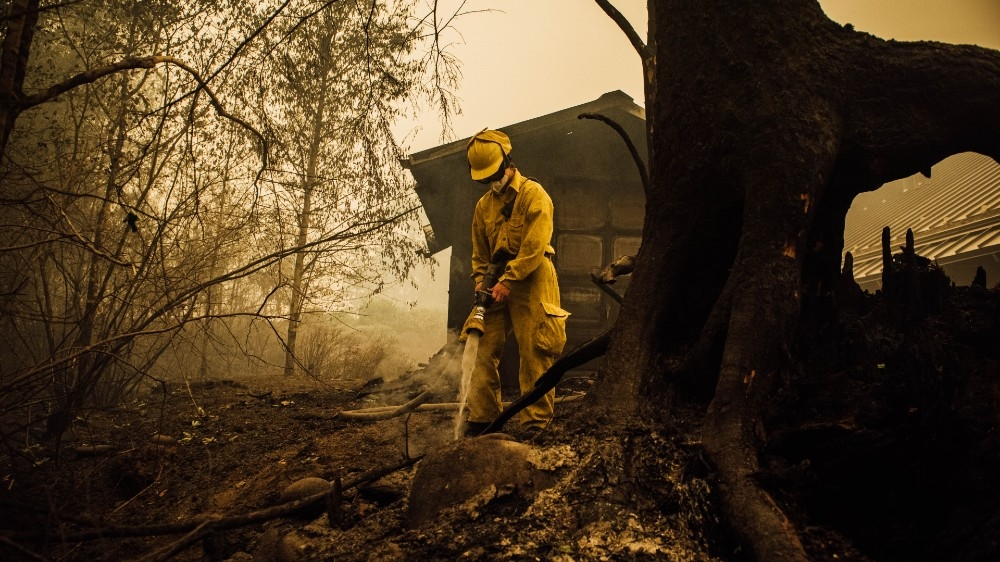 Weather aids fight against US wildfires, but death toll climbs