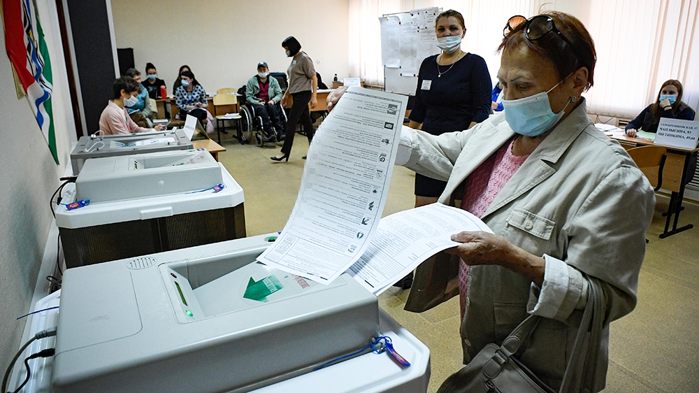 Russians vote in regional polls overshadowed by Navalny poisoning thumbnail