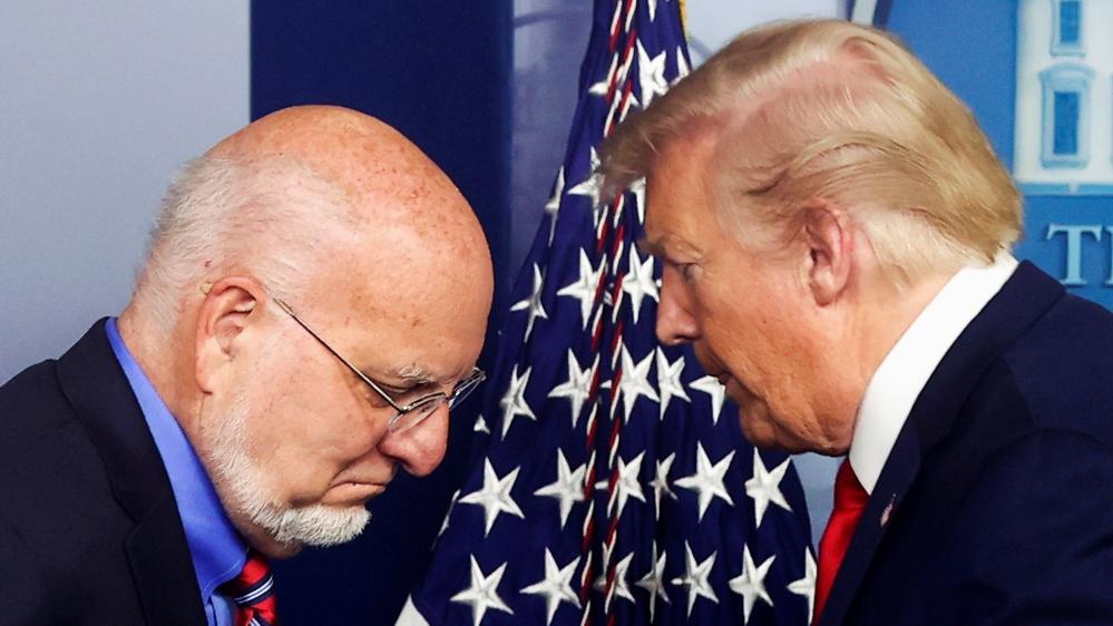 अमेरिकी राष्ट्रपति ट्रम्प ने सीडीसी के निदेशक रेडफील्ड को पोडियम को वाशिंगटन में व्हाइट हाउस में दैनिक कोरोनावायरस रोग (COVID-19) के प्रकोप टास्क फोर्स को संबोधित करने के लिए दिया।