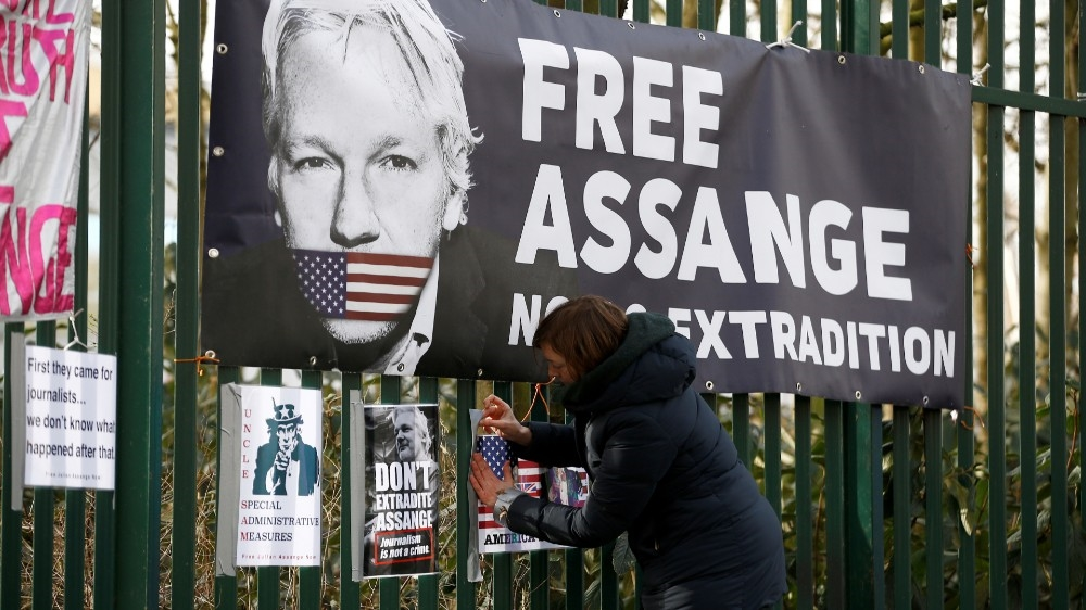 Trump 'offered Assange pardon' in return for hacked emails source thumbnail