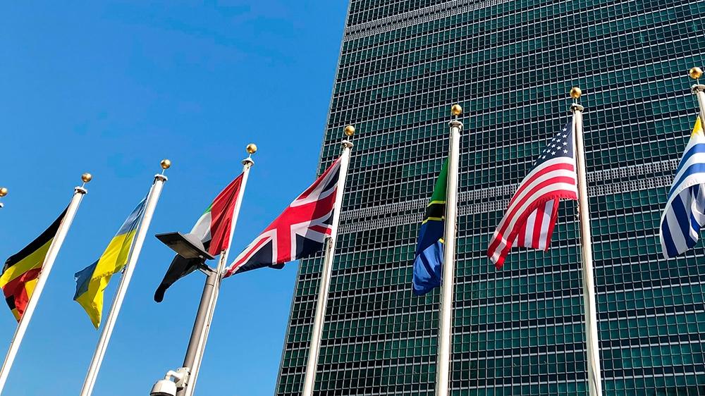 संयुक्त राष्ट्र महासभा के शनिवार, 74 सितंबर, 2019 के 74 वें सत्र के दौरान संयुक्त राष्ट्र मुख्यालय के बाहर झंडे उड़ते हैं। संयुक्त राष्ट्र में इस वर्ष की वार्षिक सभा में, कु।