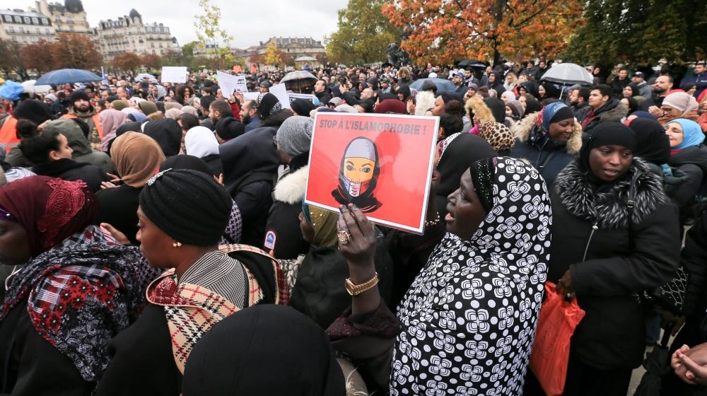 एक महिला ने लिखा है कि इसलामोबोबिया को पढ़ने के लिए एक प्लेकार्ड को बंद करो, क्योंकि वह 27 अक्टूबर, 2019 को पेरिस प्रमुख चौराहे पर एक जगह इकट्ठा होकर इस्लामोफोबिया का विरोध करने के लिए भाग ले रही है और