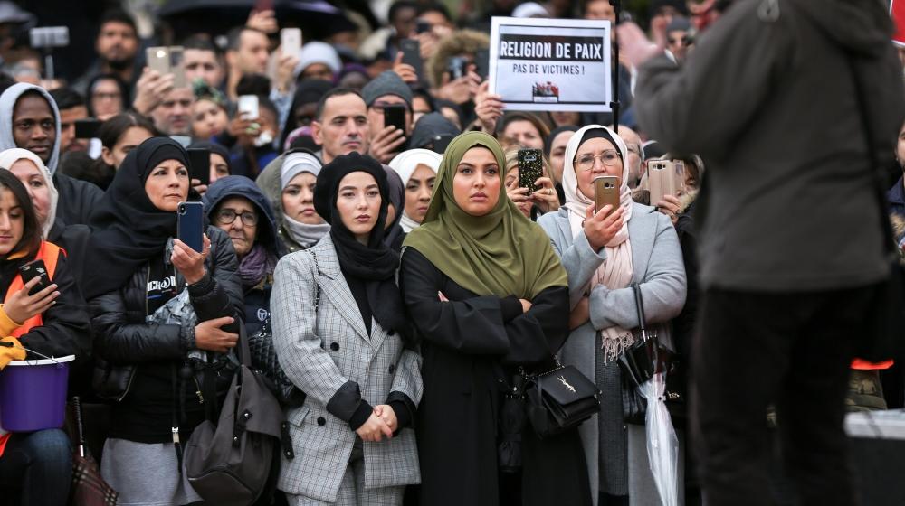 लोग 27 अक्टूबर, 2019 को पेरिस प्रमुख चौराहे में से एक डे ला नेशन को इकट्ठा करते हैं, फ्रांस में इस्लामोफोबिया और मीडिया पूर्वाग्रह के खिलाफ विरोध करने के लिए। धर्मनिरपेक्षता और इस्लाम के पहनने पर एक नई पंक्ति