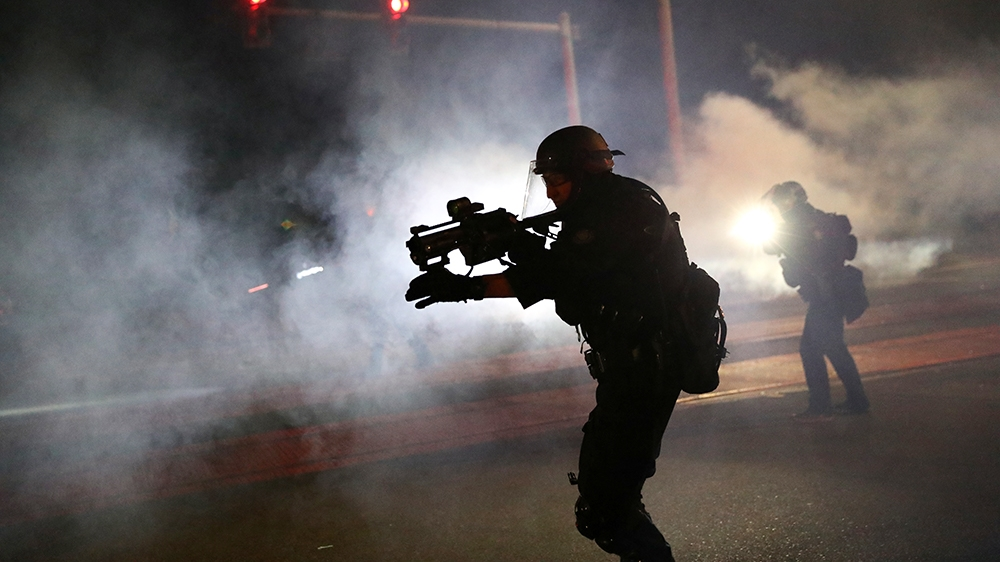 Los agentes de policía de Portland dispersan a una multitud de manifestantes después de que se lanzara un cóctel Molotov en la centésima noche consecutiva de protestas en Portland, Oregon, EE. UU. El 6 de septiembre de 2020. REUTERS / Caitlin Ochs