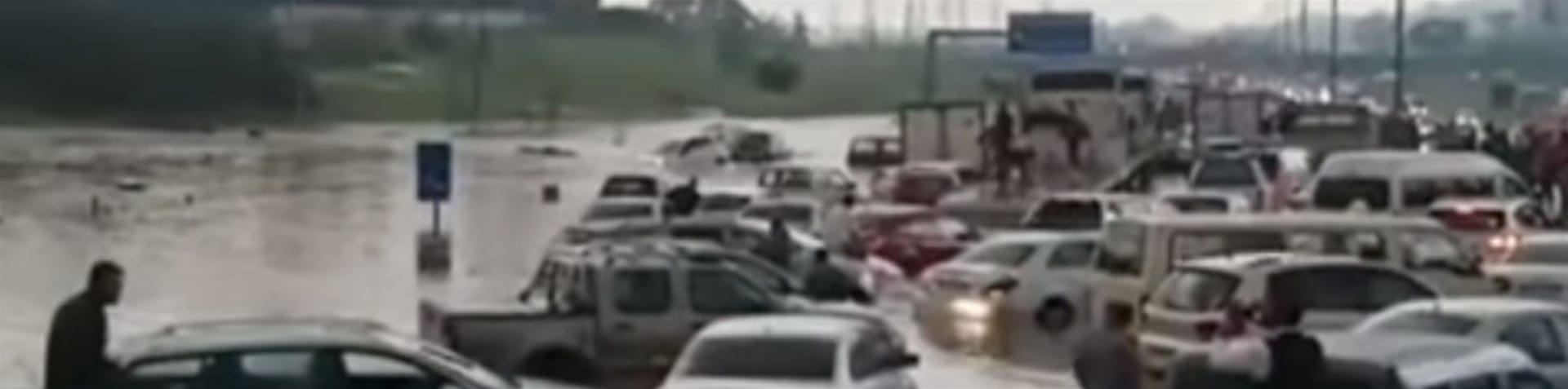 Cars afloat in Johannesburg [Storyful]