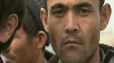 Video: Afghans sneak into Iran
