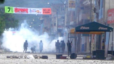 Police held hostage in Peru clashes