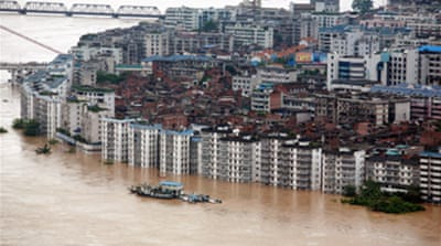 Thousands flee China floods