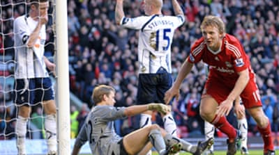 Kuyt keeps Liverpool in hunt