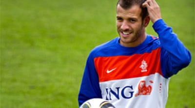 Van der Vaart arrives in London