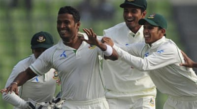 Bad light halts play in Dhaka