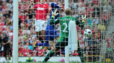 Late Hernandez header keeps United on track
