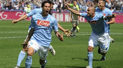 Napoli stay in title hunt