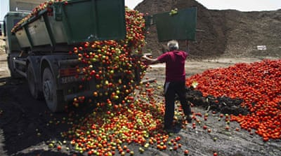 Spanish farmers dump produce in protest