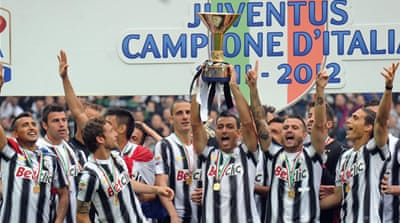 Juventus captain Alessandro Del Piero raises the Serie A trophy as he bows out in his final game for Juve [EPA]