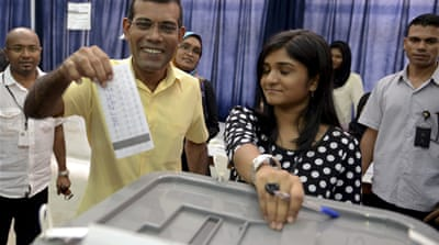 Maldivian Democratic Party presidential candidate Mohamed Nasheed casts his vote [Reuters]