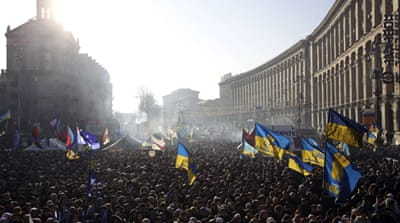 Ukraine protesters rally at president's home