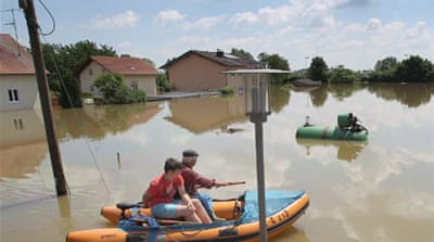 Rescuers rush in as floods strand Germans