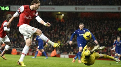 Arsenal's Nicklas Bendtner (L) scores a late opening goal in his side's 2-0 win over Cardiff [Reuters]