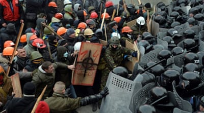 Ukraine protesters clash with riot police