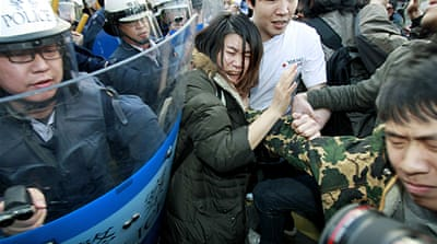 Taiwan police break-up trade deal protest