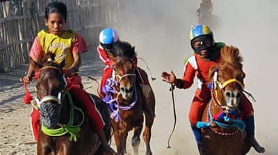 In Pictures: Indonesia's child jockeys