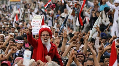 Pro-government protesters chanted slogans in support of Yemeni President Abd-Rabbu Mansour Hadi [Reuters]