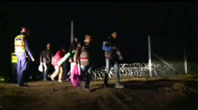 Gap in Hungary border fence grants refugees way into EU
