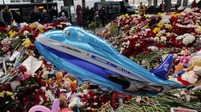 People lay flowers and candles at St Petersburg airport in memory of the victims of the Russian Metrojet Airbus crash in Sinai [EPA]