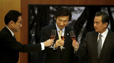The foreign ministers of Japan, South Korea and China make a toast during a banquet in Seoul [REUTERS]