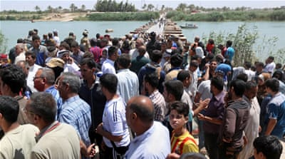 Displaced Iraqis from Ramadi gather at the Bzebiz bridge after spending the night walking towards Baghdad [AP]