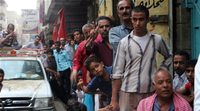 Yemenis wait to buy food and water in Taiz, as the UN warns the country is on the brink of famine [EPA]